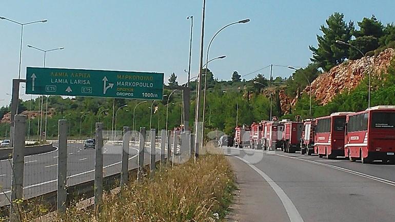 'Γραμμή άμυνας', η Εθνική Οδός, στην πλευρά της οποίας καταφθάνουν οι φλόγες. Αν περάσουν, η κατάσταση θα γίνει πολύ χειρότερη για το σύνολο του λεκανοπεδίου