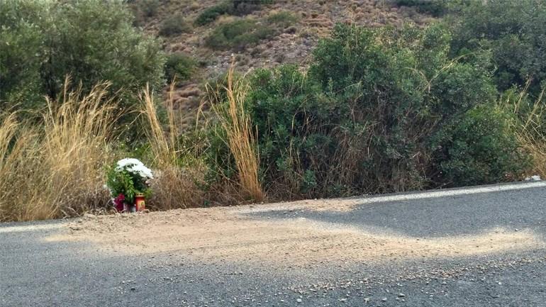 Λουλούδια άφησαν στο σημείο που δολοφονήθηκε ο άτυχος καρδιολόγος