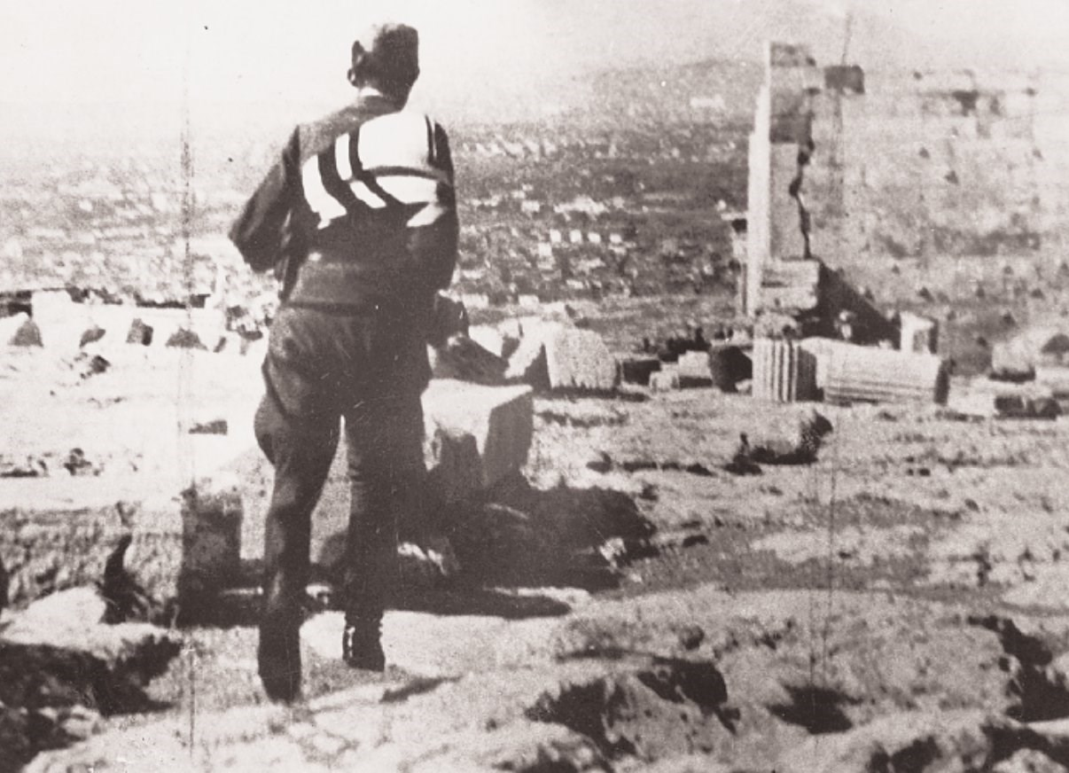 Ο γερμανός στατιώτης εγκαταλείπει με τη Σβάστικα την Ακρόπολη