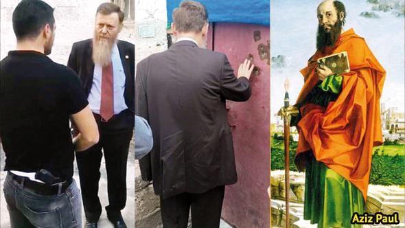 Ο τούρκος βουλευτής, συνομιλεί με αστυνομικούς, οι οποίοι δεν του επιτρέπουν την είσοδο στο Κόκκινο Σπίτι