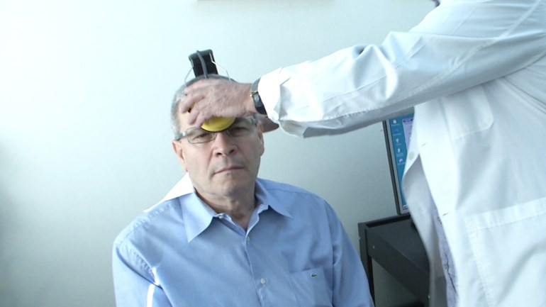 Ο συγκεκριμένος ασθενής, όπως αναφέρει, θεραπεύτηκε πριν από 15 χρόνια χάρη στο μηχάνημα, από οσφυαλγία. Σήμερα επανήλθε στο ιατρείο του Αλέξανδρου Χιονίδη, για να αντιμετωπίσει τον διαβήτη
