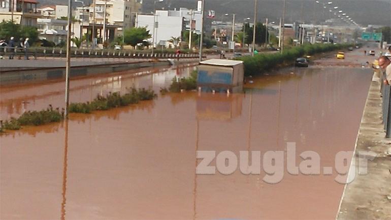 Σε ''ποτάμι'' μετατράπηκε η Εθνική Οδός Αθηνών-Κορίνθου, στο ύψος της Μάνδρας