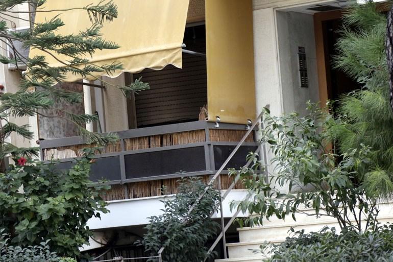 Η είσοδος της πολυκατοικίας όπου βρίσκονταν το διαμέρισμα στο οποίο εκτυλίχθηκε η ανθρώπινη τραγωδία