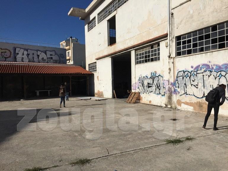 Το zougla.gr εισήλθε στο εγκαταλελειμμένο εργοστάσιο μαζί με τους φιλόζωους που κατήγγειλαν το περιστατικό