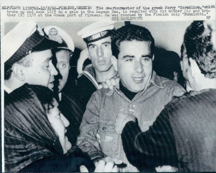 H επιστροφή του ναυκλήρου του πλοίου και η επανένωσή του με την οικογένειά του, μετά την τραγωδία στη Φαλκονέρα