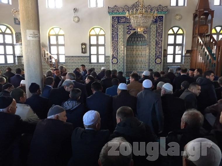 Στο Κιρ Μαχαλά οι πιστοί μουσουλμάνοι για την προσευχή της Παρασκευής