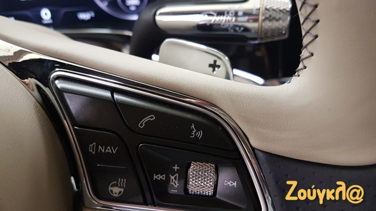 Paddles πίσω από το τιμόνι, κουμπί για το θερμαινόμενο τιμόνι κ.ά.