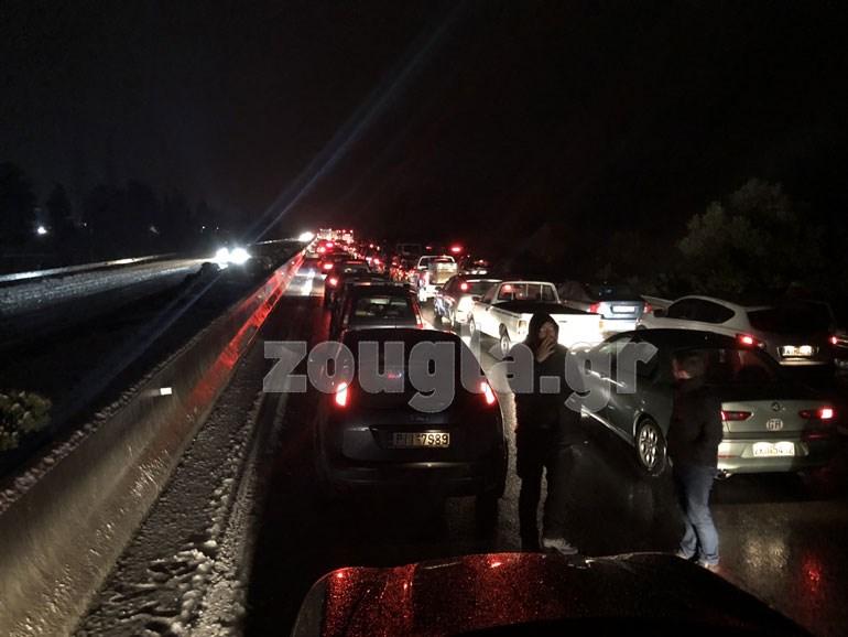Ακραίφνιο, ώρα 20:00. Μερικοί αγανακτισμένοι οδηγοί αψηφούν το κρύο και βγαίνουν εκτός των οχημάτων τους...