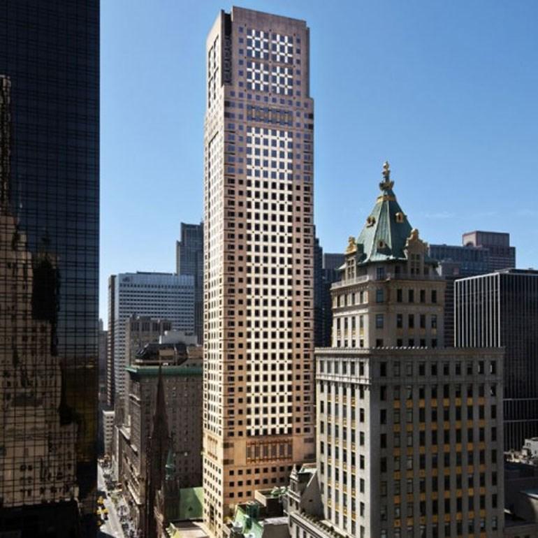 Ο ουρανοξύστης στην 712 Fifth Avenue που βρίσκεται το γραφείο του Michael H. Steinhardt