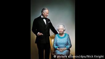 Με τον γιο της πρίγκηπα Κάρολο, που μάλλον δεν θα φορέσει ποτέ το στέμμα στο κεφάλι του