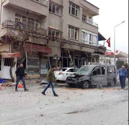 Χτύπημα από πυραύλους οι οποίοι εκτοξεύτηκαν από τη Συρία δέχτηκε η τουρκική πόλη Reyhanli.   Η πόλη βρίσκεται κοντά στα σύνορα με τη Συρία.  Σύμφωνα με τον δήμαρχο της πόλης, από την επίθεση υπάρχουν δεκάδες τραυματίες και τουλάχιστον ένας νεκρός.