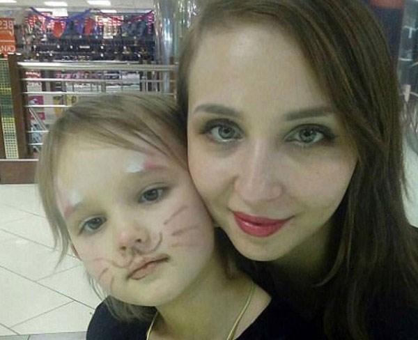 Η 5χρονη Νεντέζντα Κράσοβα με τη μητέρα της