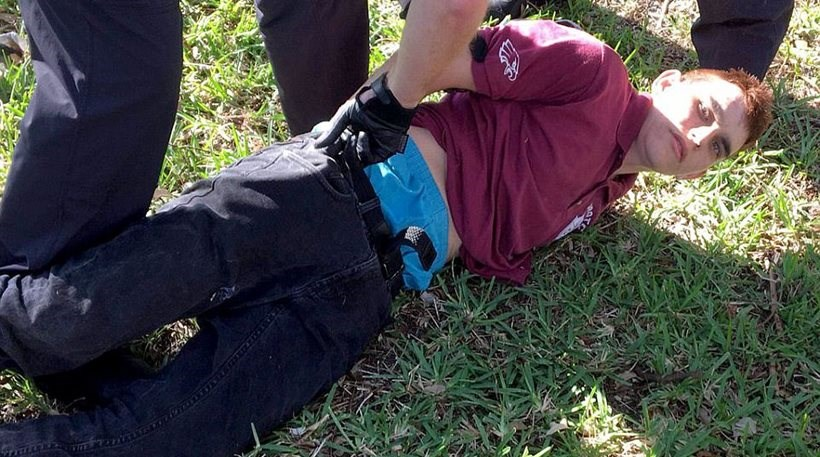 O δράστης τη στιγμή που έχει συλληφθεί από τους αστυνομικούς