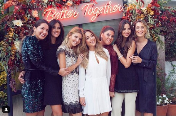 Oι κοπέλες σε μια φωτογραφία που ανήρτησαν στο Instagram με φόντο τη φράση «Καλύτερα μαζί»
