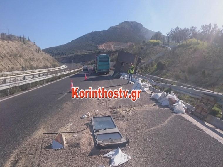 Παραλίγο τραγωδία από σύγκρουση λεωφορείου του ΚΤΕΛ Λακωνίας με φορτηγό  Image