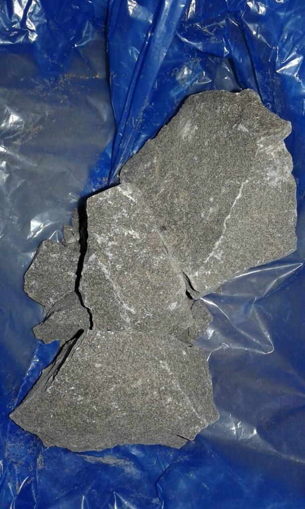 Νεαρή Ηρακλειώτισσα έκρυβε στο σπίτι της ηρωίνη σε μορφή βράχου Image