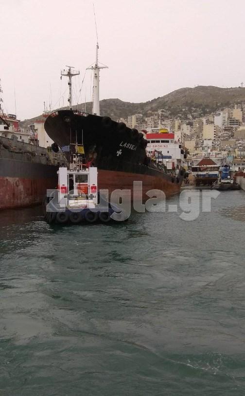 Ειδική επιχείρηση του Λιμενικού σε πλωτή «περιβαλλοντική βόμβα» στον κόλπο του Περάματος Image
