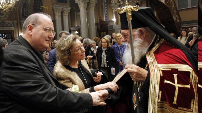 Λουλούδι προσέφερε ο Αρχιεπίσκοπος Ιερώνυμος στον Νίκο Φίλη Image