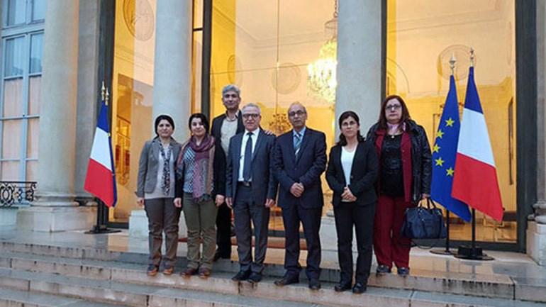 H φωτογραφία που εξόργισε και προκάλεσε τις αντιδράσεις της Τουρκίας. Στην είσοδο του Μεγάρου των Ηλυσίων φωτογραφίζονται Τούρκοι αξιωματούχοι που συναντήθηκαν με τον Εμανουέλ Μακρόν