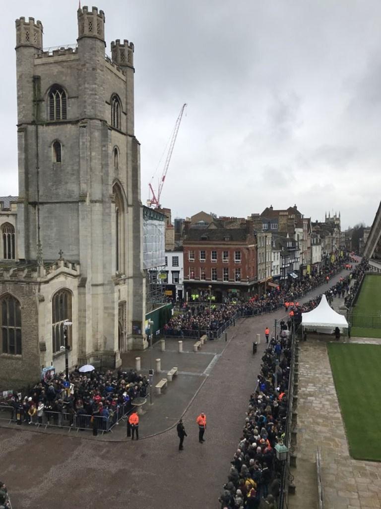 Πλήθος κόσμου έξω από την εκκλησία όπου πραγματοποιήθηκε η τελετή