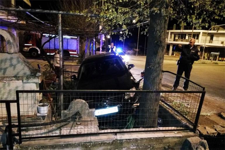 Καβάλα: Αυτοκίνητο «καρφώθηκε» σε αυλή σπιτιού και ο οδηγός έγινε… «καπνός» Image