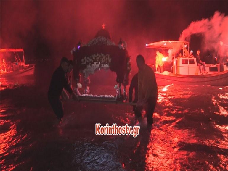 Λουτράκι: Μέσα στη θάλασσα η περιφορά του Επιταφίου της Παναγίας της Γιάτρισσας Image