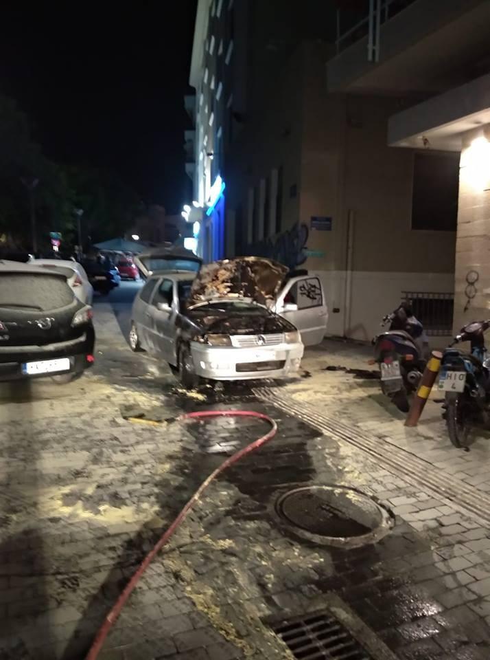Στις φλόγες αυτοκίνητο σε πεζόδρομο στο Ηράκλειο Image
