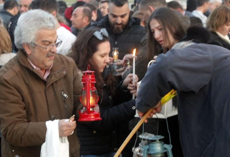 Πλήθος κόσμου περίμενε στο Ελ. Βενιζέλος το Άγιος Φως (Φωτογραφία: Eurokinissi/ΧΡΗΣΤΟΣ ΜΠΟΝΗΣ)