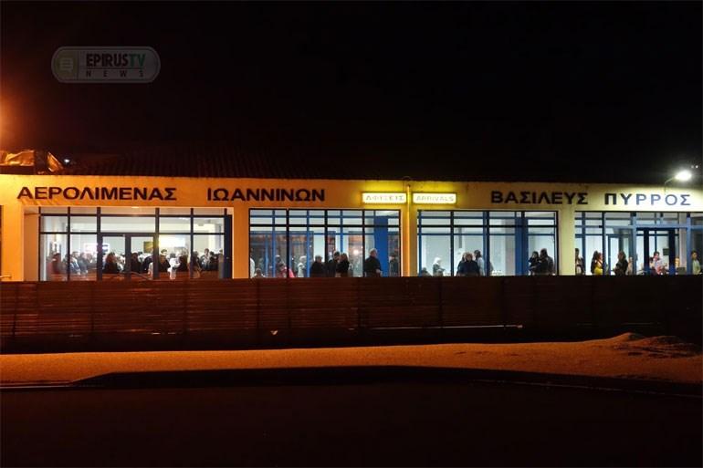 Πλήθος πιστών υποδέχθηκε το Άγιο Φως στο αεροδρόμιο των Ιωαννίνων Image
