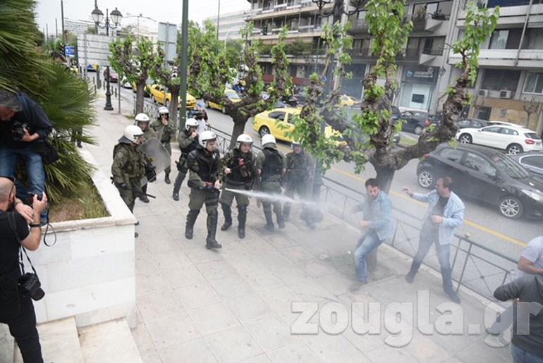 Άγριο ξύλο και χημικά στην αντιπολεμική διαδήλωση Image
