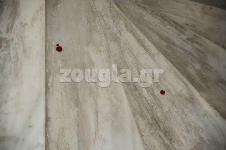Δύο σταγόνες αίματος αγνώστου προελεύσεως αποτύπωσε ο φωτογραφικός φακός στο δάπεδο του συμβολαιογραφείου