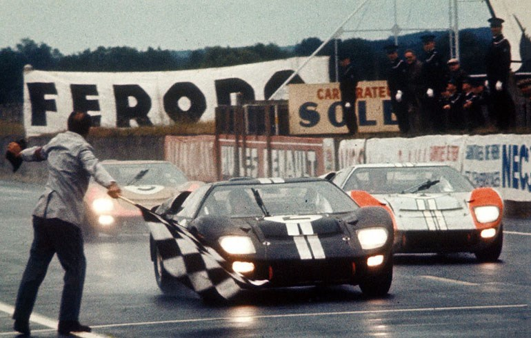 Τρία Ford GT40 τερματίζουν το 1996 στον 24ωρο αγώνα του Le Mans σε σχήμα παρέλασης έπειτα από εντολή του Henry Ford II, προκειμένου να ταπεινώσουν με αυτόν τον τρόπο τον Enzo Ferraro...