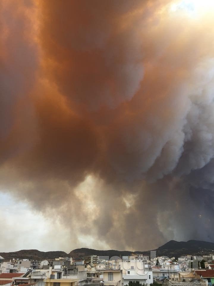 Η πυρκαγιά όπως φαίνεται από τα Μέγαρα