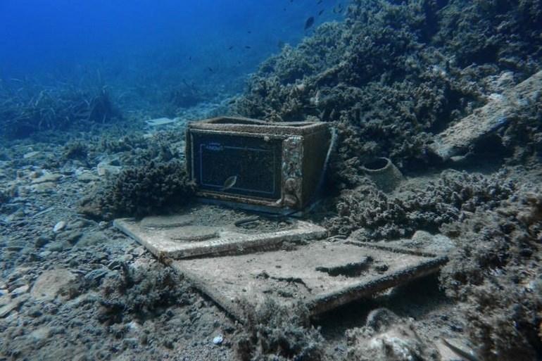 Τα σκουπίδια του ελληνικού βυθού από τον φακό του Reuters