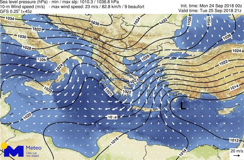 Η κατανομή της ατμοσφαιρικής πίεσης στη μέση στάθμη θάλασσας (καμπύλες) και η ένταση/διεύθυνση του ανέμου (λευκά βέλη) το βράδυ της Τρίτης 25 Σεπτεμβρίου 2018. Τα βέλη στα πελάγη αντιστοιχούν σε εντάσεις 8-9 μποφόρ.