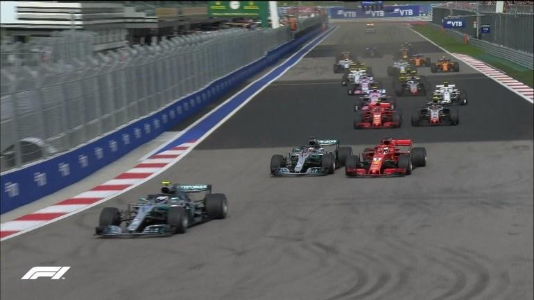 Λίγο μετά την εκκίνηση ο Vettel προσπαθεί να περάσει τον Hamilton, το καταφέρνει για λίγο αλλά σε ελάχιστα δευτερόλεπτα χάνει την δεύτερη θέση