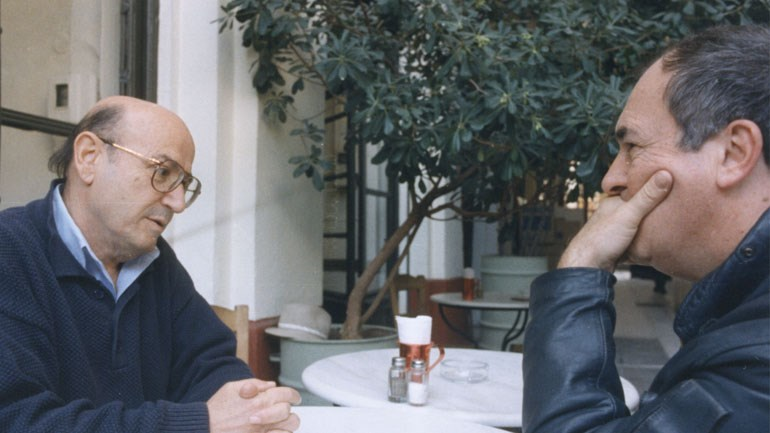 Θεόδωρος Αγγελόπουλος και Mπερνάρντο Μπερτολούτσι σε ουζερί στην πλατεία Αριστοτέλους - Από το φωτογραφικό αρχείο του Φεστιβάλ Κινηματογράφου Θεσσαλονίκης