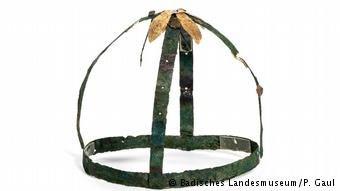 Το περίτεχνο, χάλκινο στέμμα (16ος-17ος αιώνας π.Χ.) που βρέθηκε στο Μυρσινοχώρι Μεσσηνίας