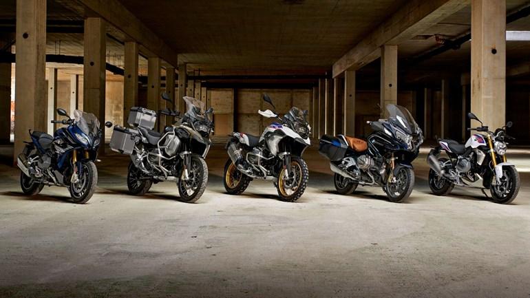 Πέντε πλέον τα μοντέλα με το νέο κινητήρα, από αριστερά προς τα δεξιά είναι τα RS, GS Adventure, GS, RT και R