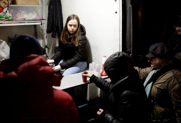 Άστεγοι περιμένουν στη σειρά για το γεύμα τους