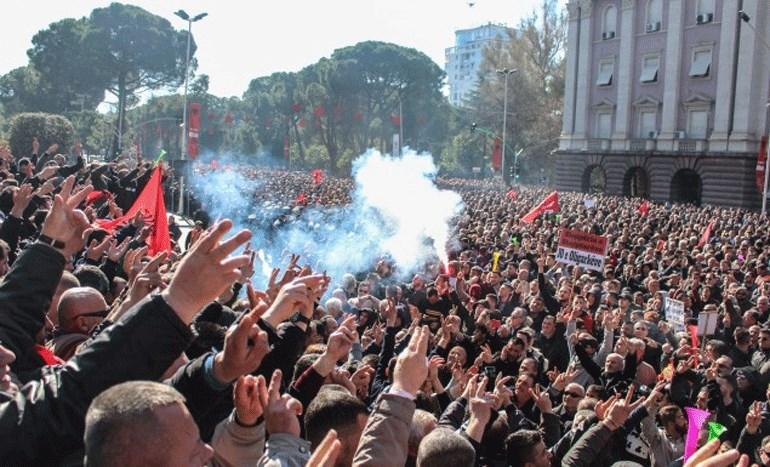 Καζάνι που βράζει η Αλβανία - Στους δρόμους οι πολίτες