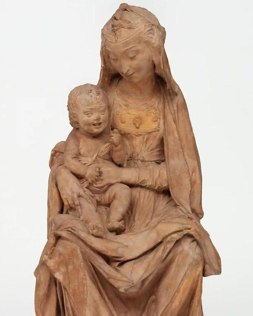 «Η Παρθένα με το Χαμογελαστό Παιδί» αποτελεί ίσως το μοναδικό γλυπτό που μπορεί να επιβεβαιωθεί ότι ανήκει στον Λεονάρντο ντα Βίντσι.