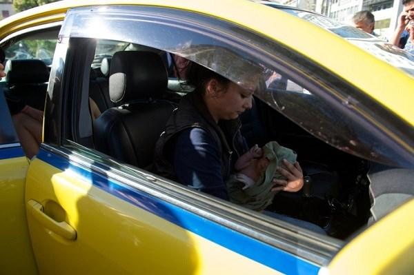 Γέννησε μέσα σε ταξί στην… Ακαδημίας