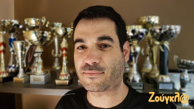 O προγραμματιστής και οδηγός αγώνων Dragster Σπύρος Πανόπουλος