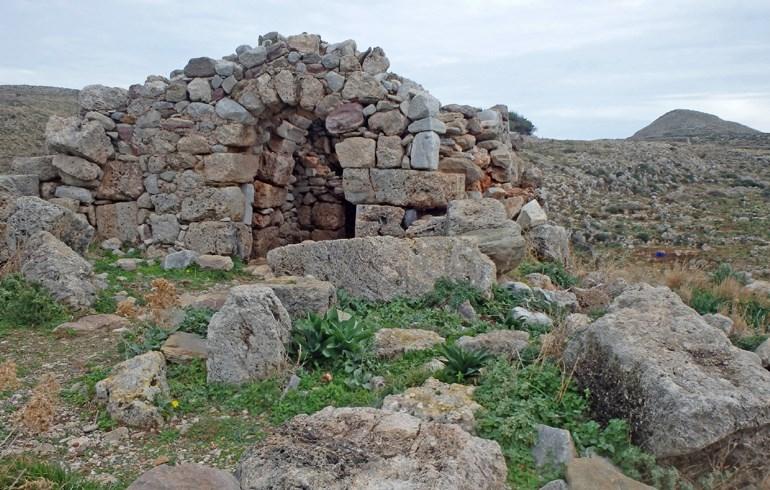 Ερείπια διαφορετικών ιστορικών περιόδων υπάρχουν διάσπαρτα σε όλη την περιοχή
