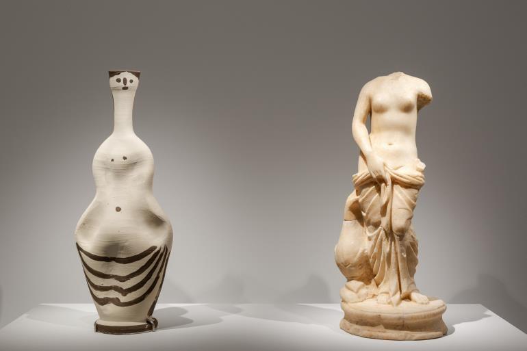 MUSEUM OF CYCLADIC ART© PHOTO PARIS TAVITIAN. Αριστερά Γυναίκα του Πικάσο /Δεξιά Μαρμάρινο αγαλμάτιο Αφροδίτης, ρωμαϊκών χρόνων