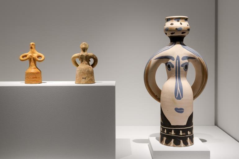 Αριστερά Αρχαία γυναικεία ειδώλια /Δεξιά Ο Βασιλιάς του Πικάσο