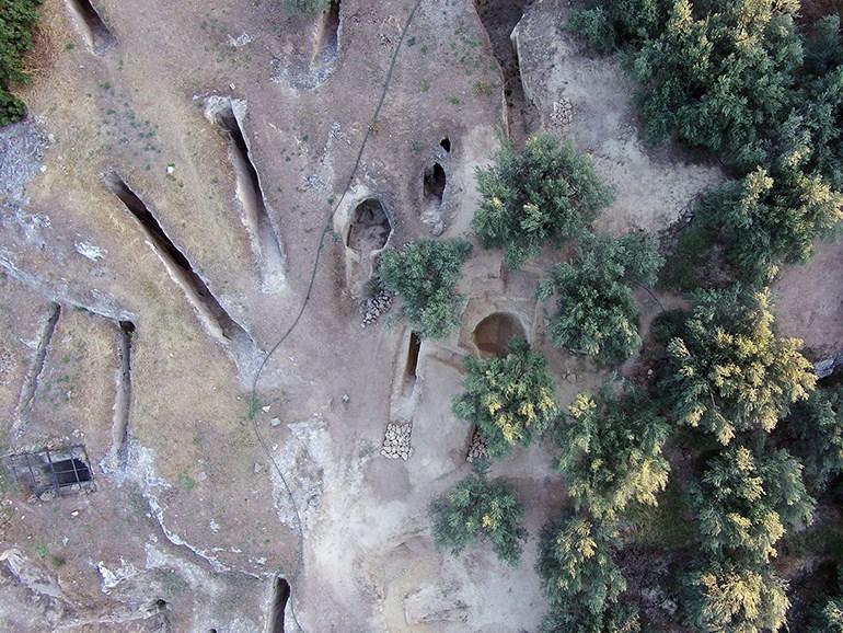 Αεροφωτογραφία με τον δρόμο και τον θάλαμο των δύο νέων, ασύλητων τάφων στο ανατολικό τμήμα του μυκηναϊκού νεκροταφείου στα Αηδόνια Νεμέας, καθώς και των τάφων της παλιάς ανασκαφής.