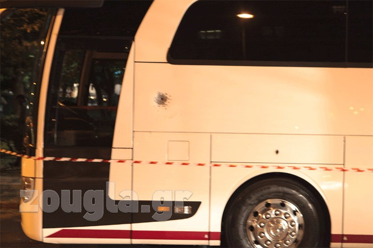 Ο άγνωστος πυροβόλησε με καραμπίνα την πλαϊνή πλευρά του λεωφορείου