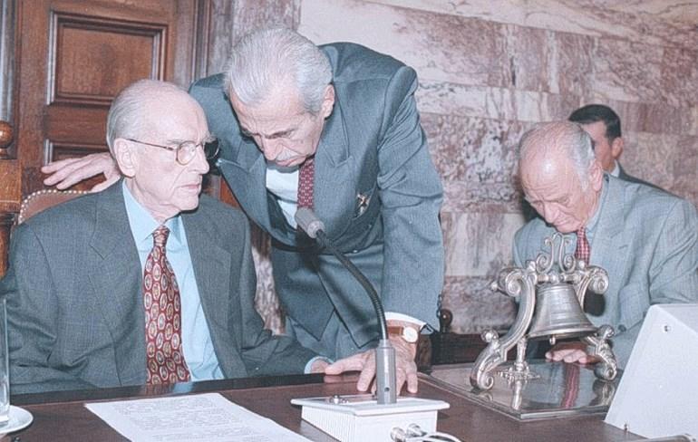 Ο Ανδρέας Παπανδρέου, ο Δημήτρης Μπέης και ο Αντώνης Λιβάνης, σε συνεδρίαση της ΚΟ του ΠΑΣΟΚ το 1995/ Φωτογραφία: ΑΠΕ/ ΒΑΡΔΟΥΛΑΚΗΣ ΒΑΓΓΕΛΗΣ